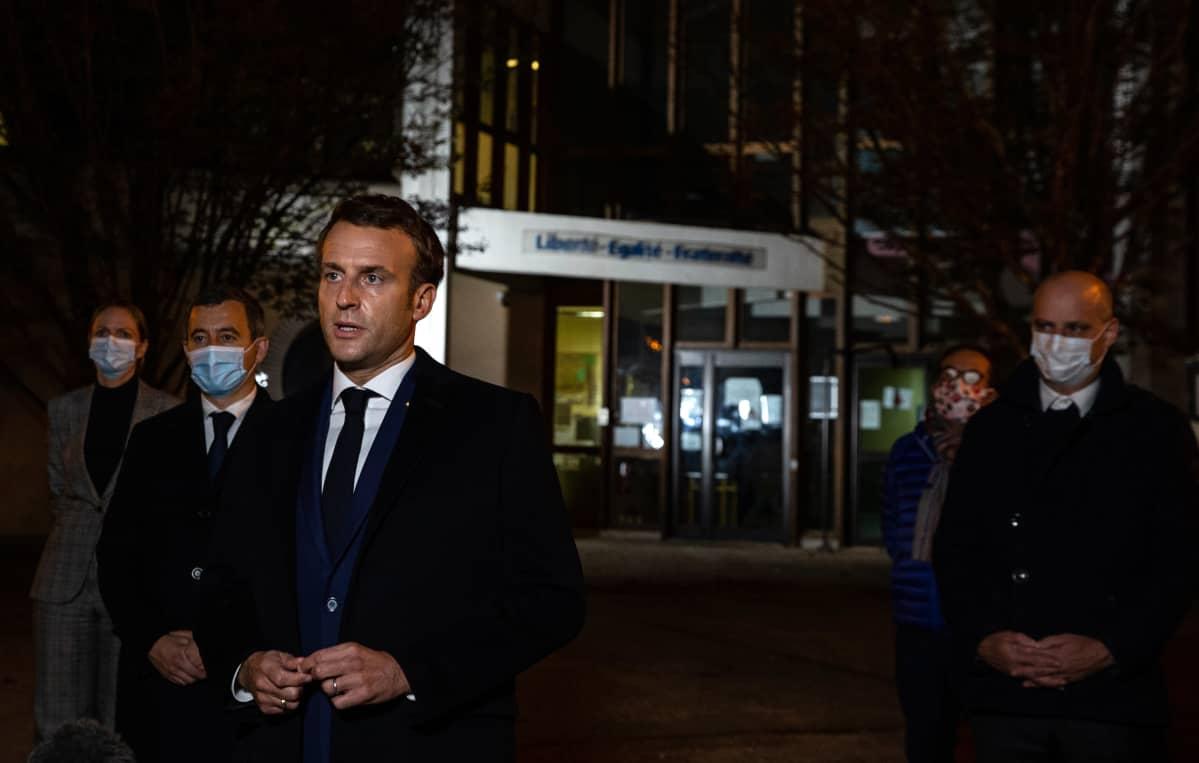 Emmanuel Macron puhuu iskun jälkeen koululla