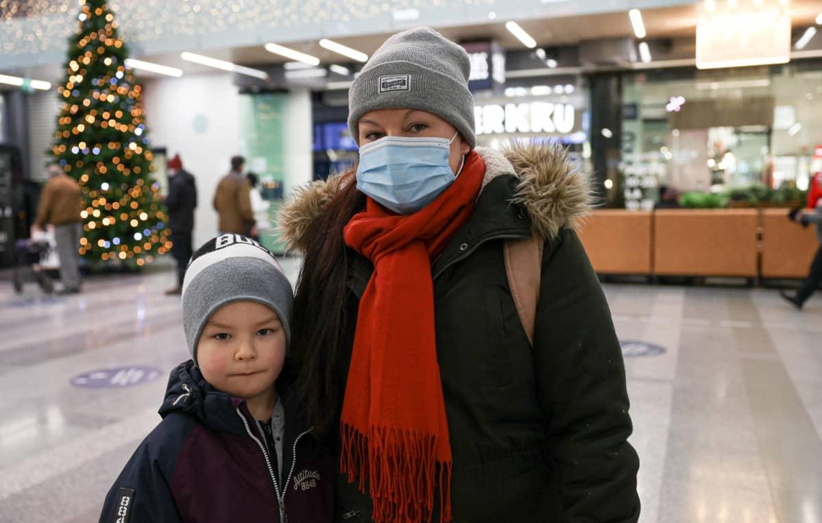 Niina ja Miska Skyttä uuden vuoden gallupissa oulussa.