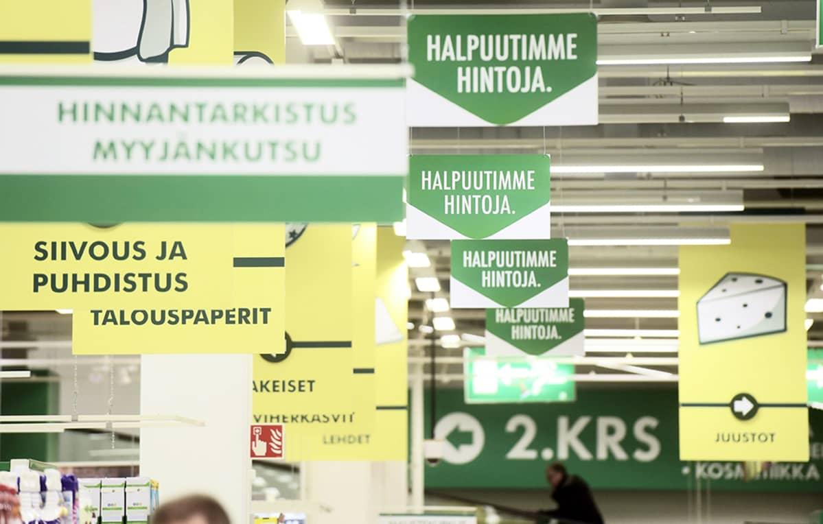 S-kaupan mainoskylttejä Viikin Prismassa Helsingissä torstaina 12. helmikuuta 2015.