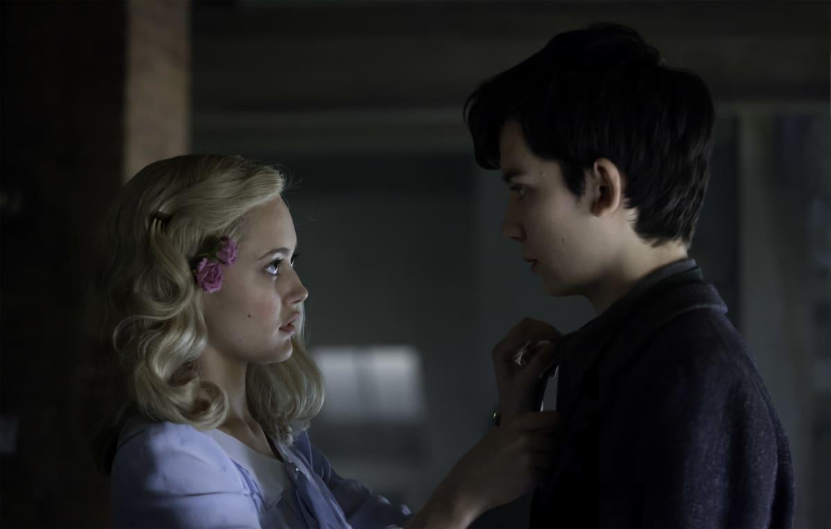 Emma ( Ella Purnell) ja Jake (Asa Butterfield)