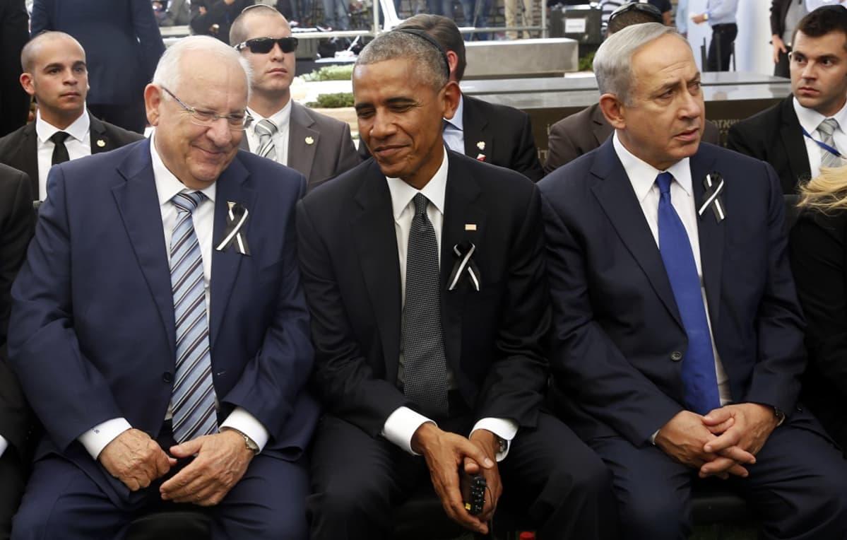 Rivlin, Obama ja Netanyahu istuvat vierekkäin.