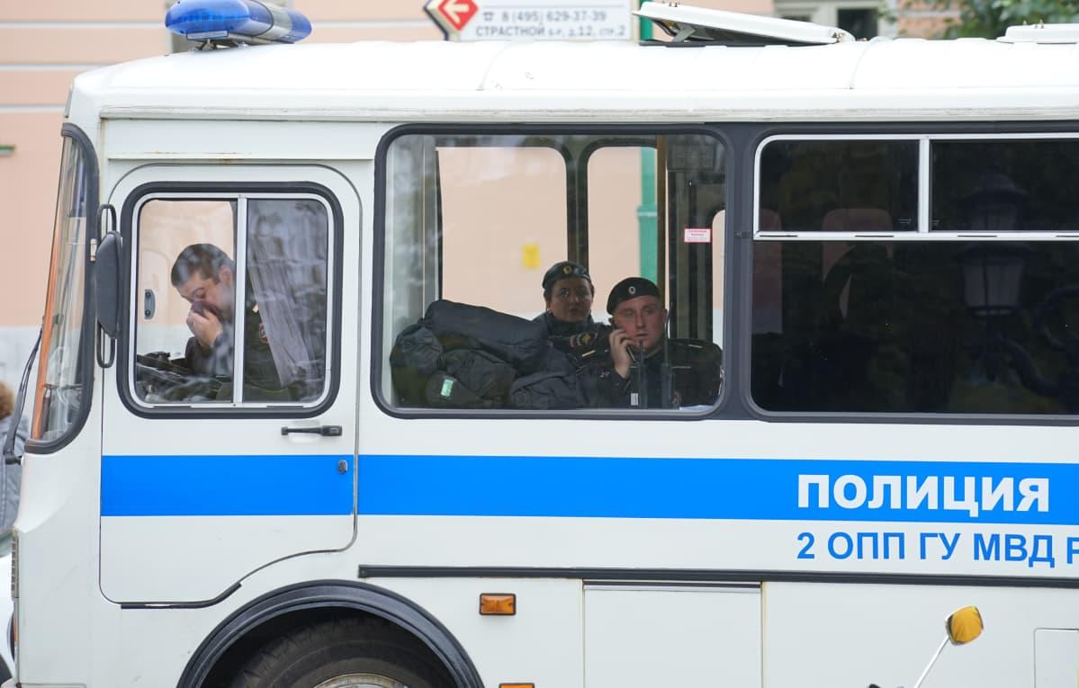 Poliiseja Moskovan keskuksessa.