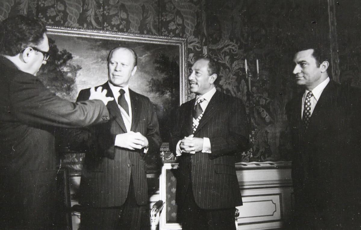 Henry Kissinger, Gerald Ford,  Mohammed Anwar as Sadat ja  Hosni Mubarak 1974.