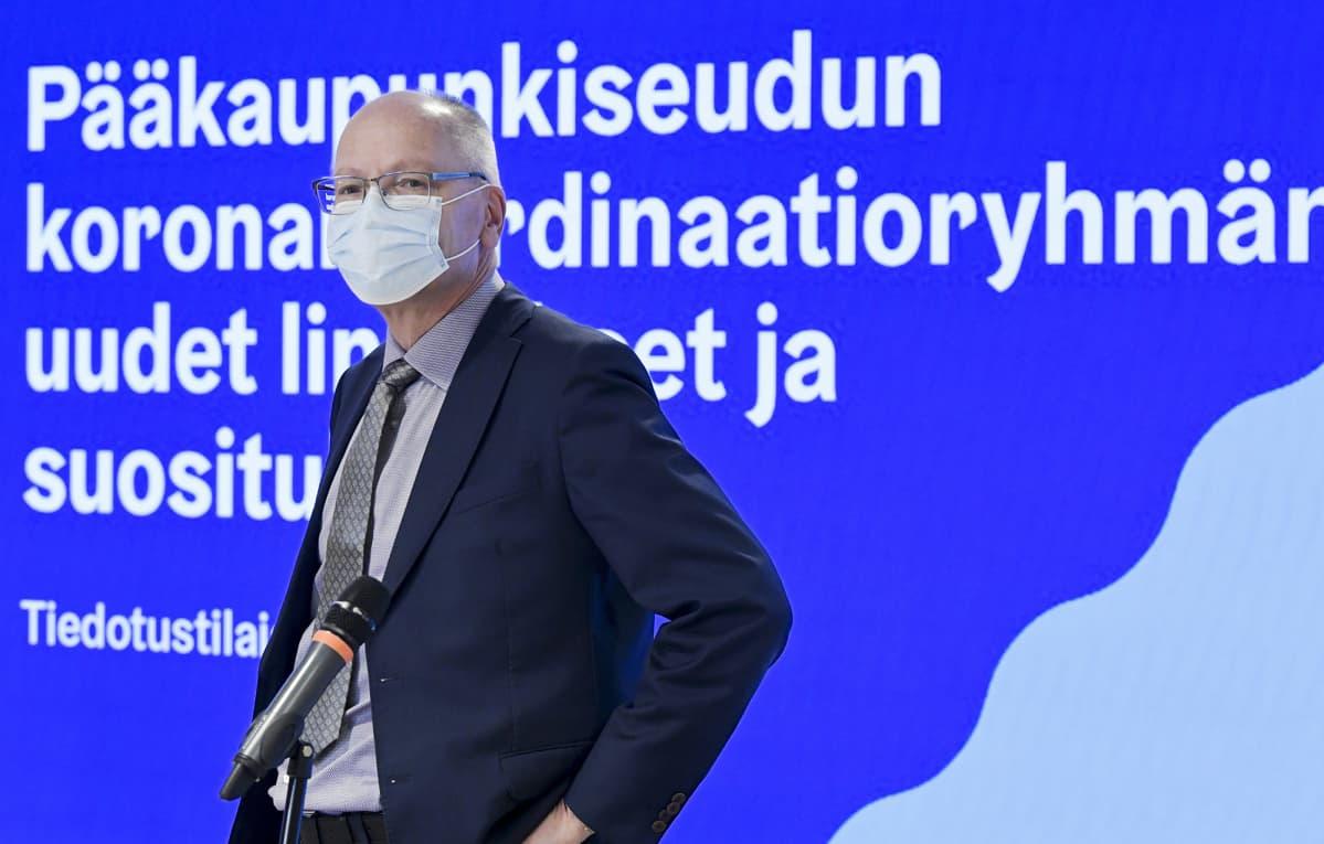 HUSin toimitusjohtaja Juha Tuominen pääkaupunkiseudun koronakoordinaatioryhmän uusia linjauksia ja suosituksia koskevassa tiedotustilaisuudessa Helsingissä 14. lokakuuta 2020.