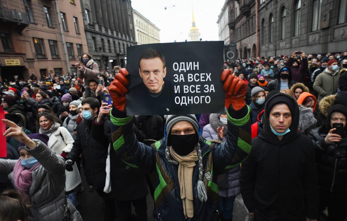 Mielenosoitus Alexei Navalnyn kiinniottoa vastaan Pietarissa, Venäjällä.
