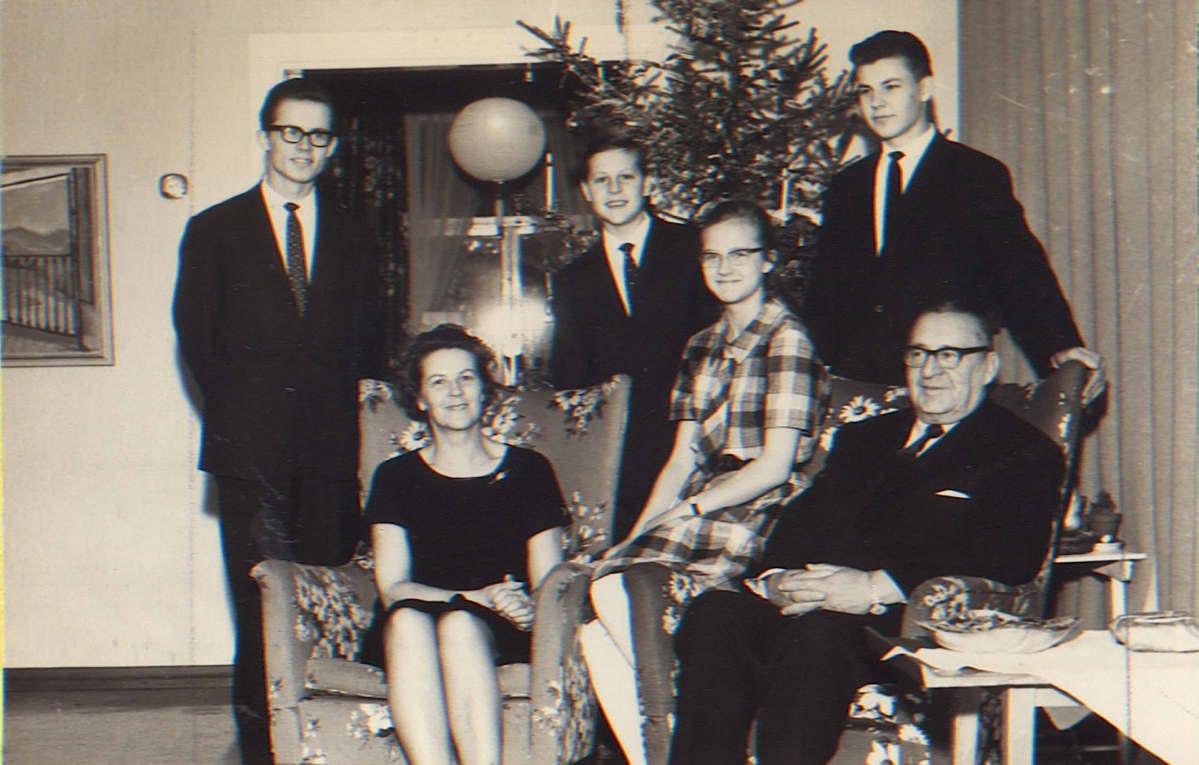 Hallamaiden perhe viettämässä joulua Sysmässä vuonna 1963
