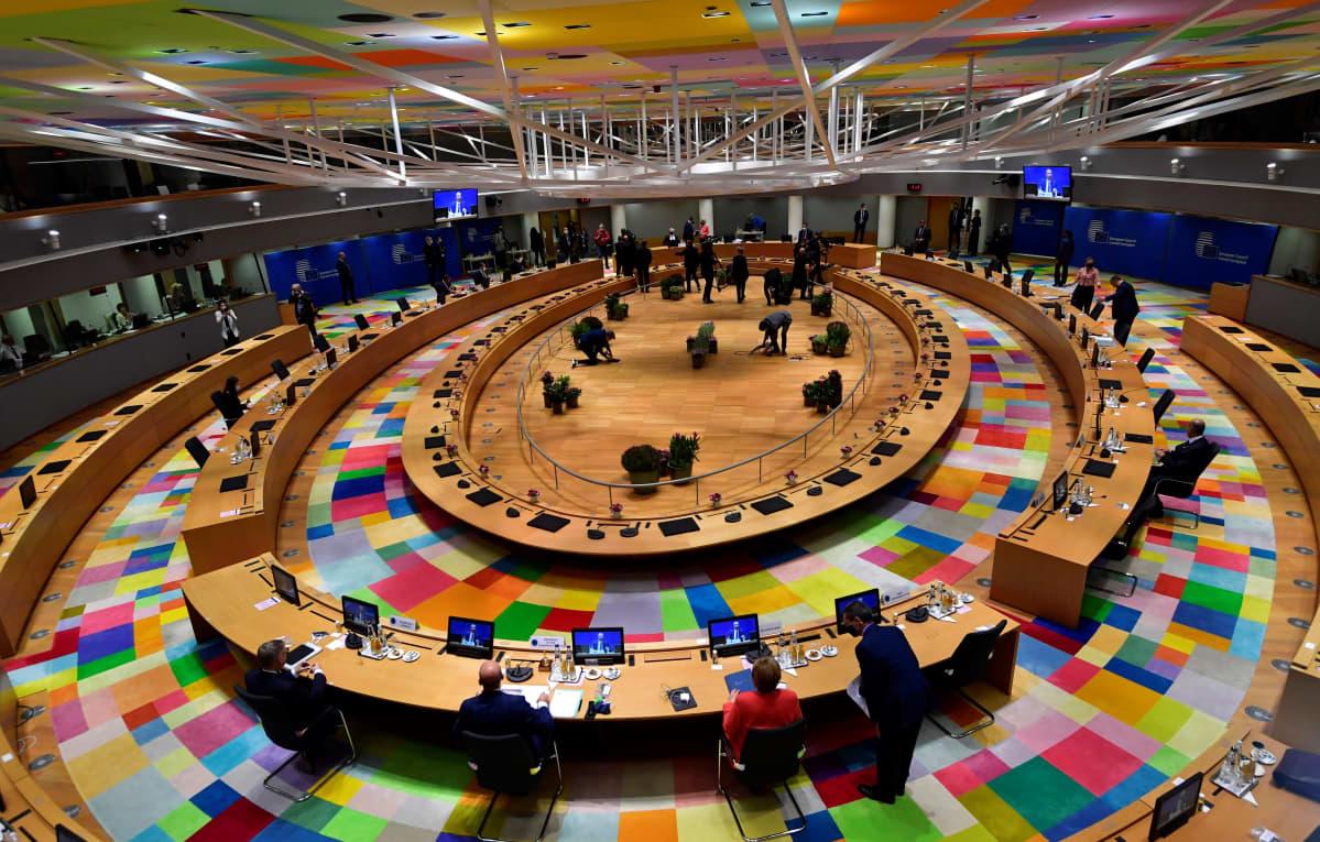 Suuri kokoushuone yläkulmasta kuvattuna