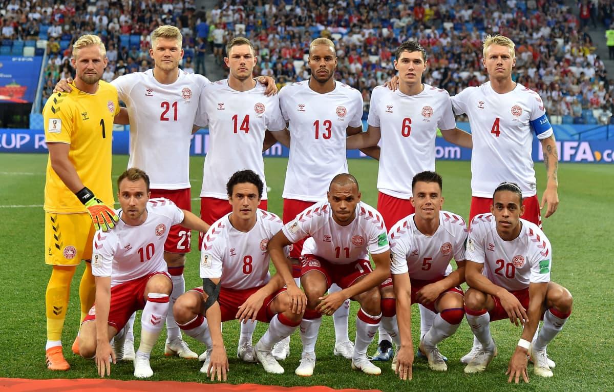 Tanskan miesten jalkapallomaajoukkueen avauskokoonpano yhteiskuvassa ennen vuoden 2018 MM-kisojen neljännesvälierää Kroatiaa vastaan.