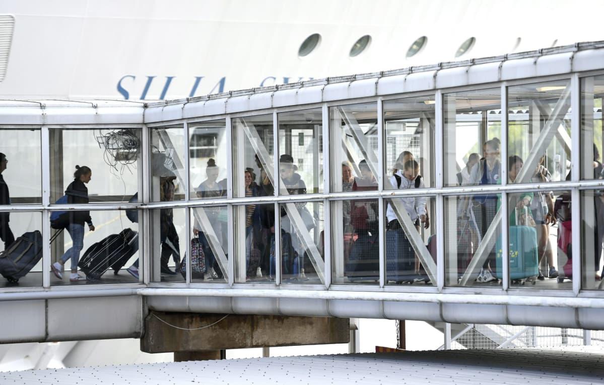 Saapuvia matkustajia Olympiaterminaalissa Helsingissä 9. heinäkuuta 2018.