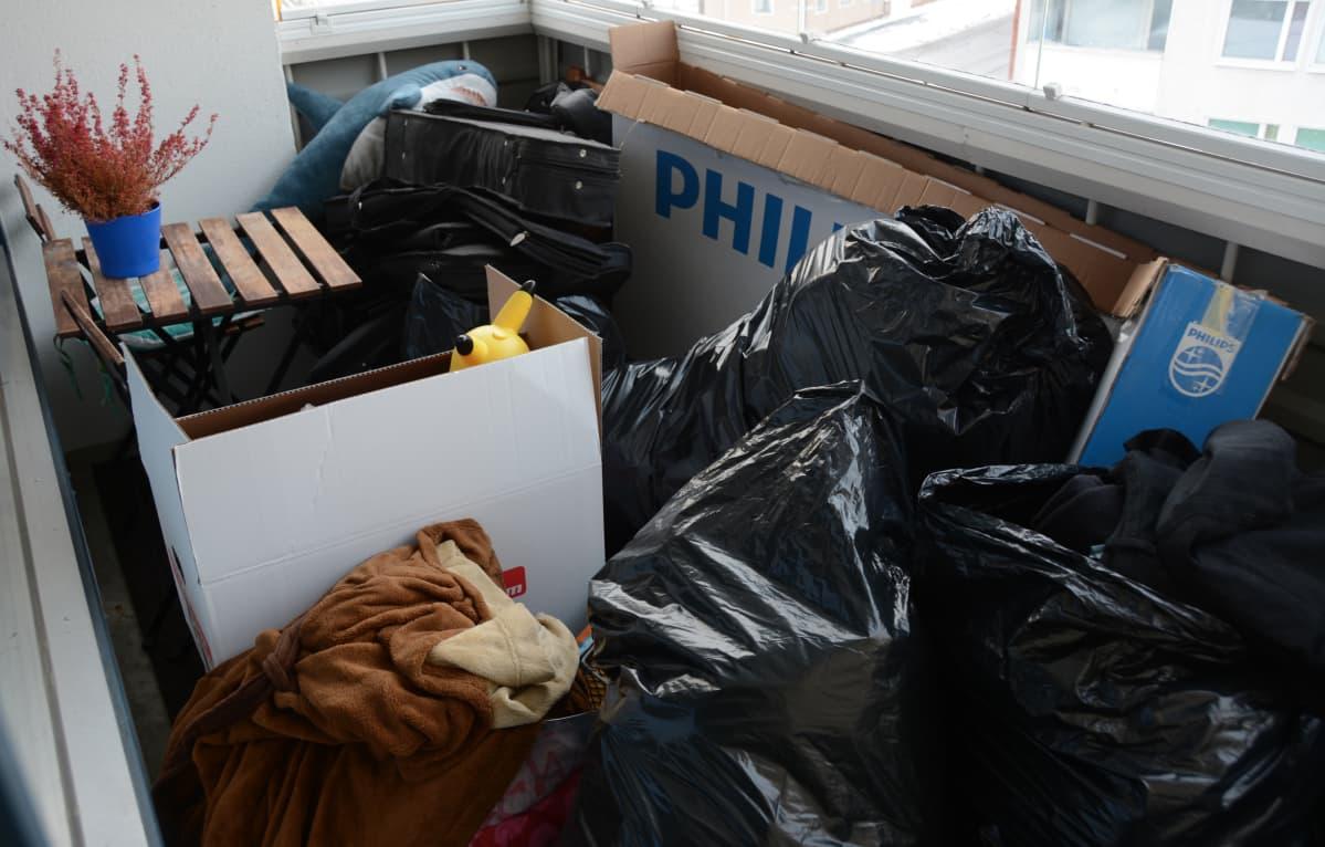 Jätesäkillisiä tavaraa parvekkeella.