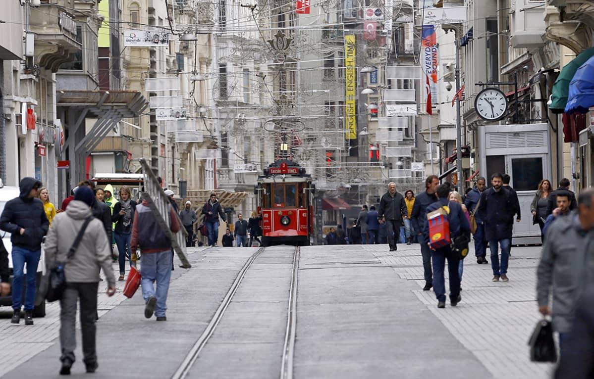 raitiovaunu ja ihmisiä kadulla
