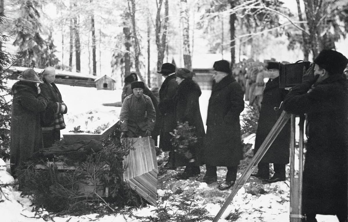 Eino Leino asui viimeiset aikansa tuttaviensa luona Riitahuhdan talossa. Runoilijan arkku suljettiin talon pihassa 12.1.1926.