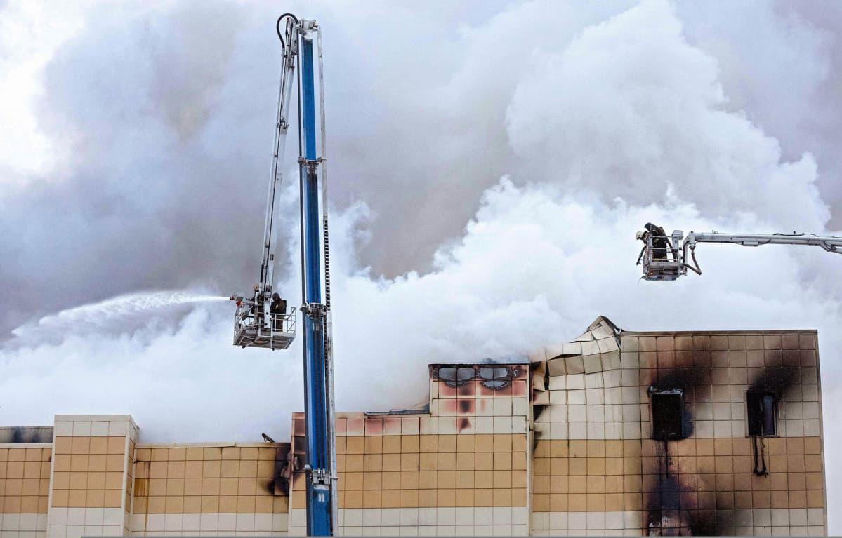Palomiehiä sammutustöissä Kemerovon ostoskeskuksessa 25. marraskuuta.