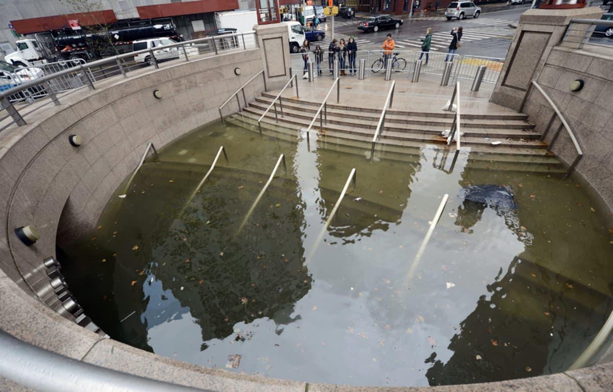Tulvaveden täyttämä metron sisäänkäynti New Yorkissa.