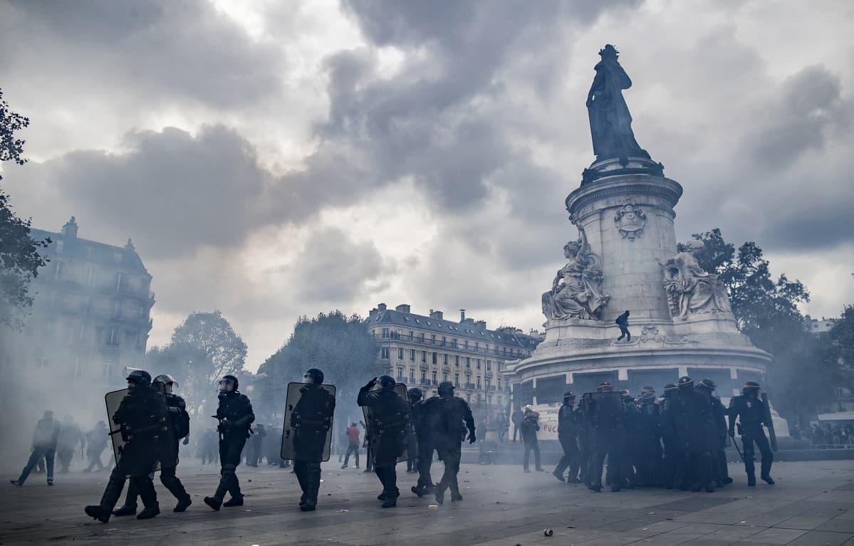 Mielenosoittajat ja mellakkapoliisit ottivat yhteen Pariisissa 15. syyskuuta 2016.
