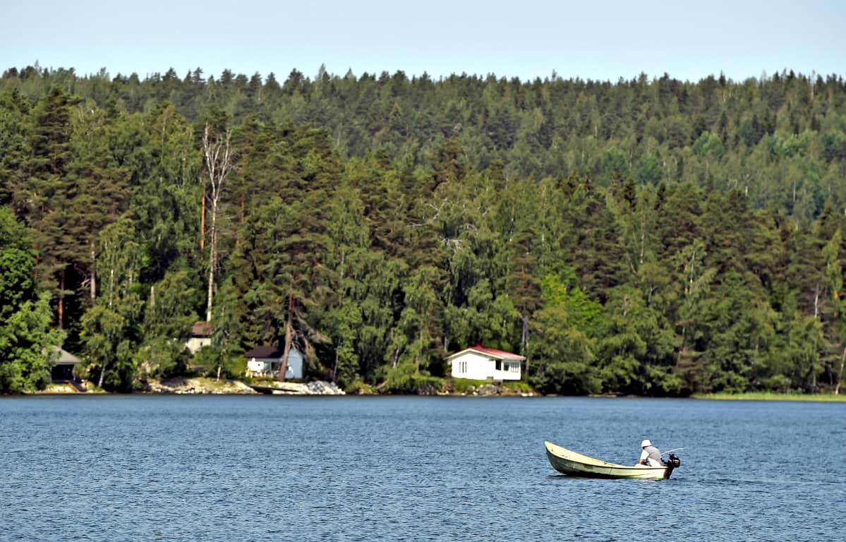 Veneilijä järvellä Lahdessa 20. kesäkuuta 2019.