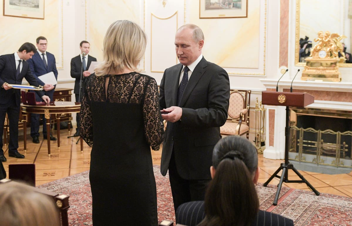 Putin tapasi tänään Kremlissä elokuun ohjustestiturmassa kuolleiden leskiä.