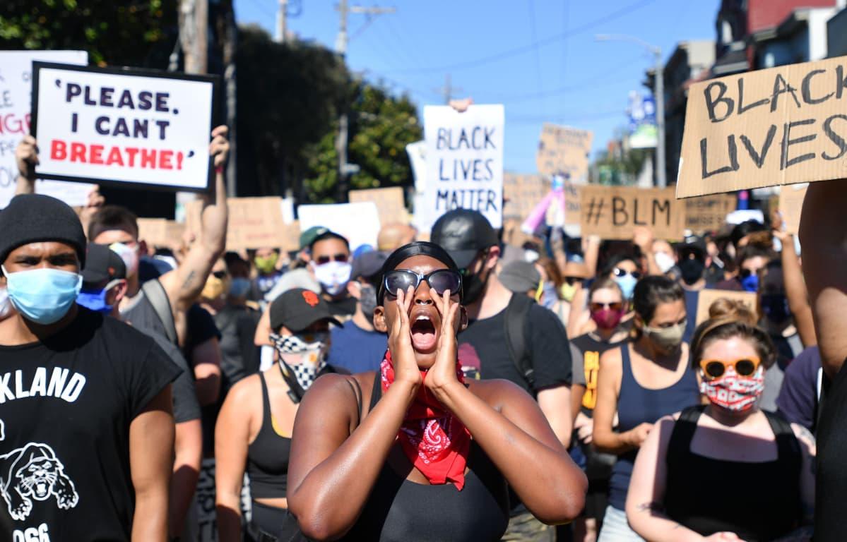 Mielenosoittajia San Franciscossa 3. kesäkuuta 2020 yhdessä lukuisista George Floydia tukevista ja poliisiväkivaltaa vastustavista mielenosoituksista.