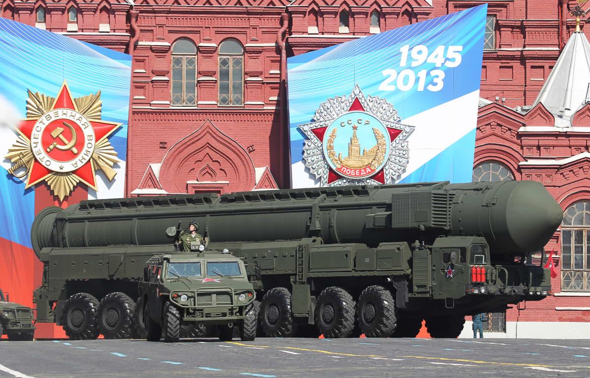 Venäläinen Topol-M -ydinohjus sotilasparaatissa Punaisella torilla Moskovassa toukokuussa 2013.