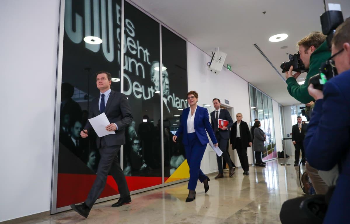 Annegret Kramp-Karrenbauer matkalla maanantaiseen tiedotustilaisuuteensa CDU:n päämajassa Berliinissä.
