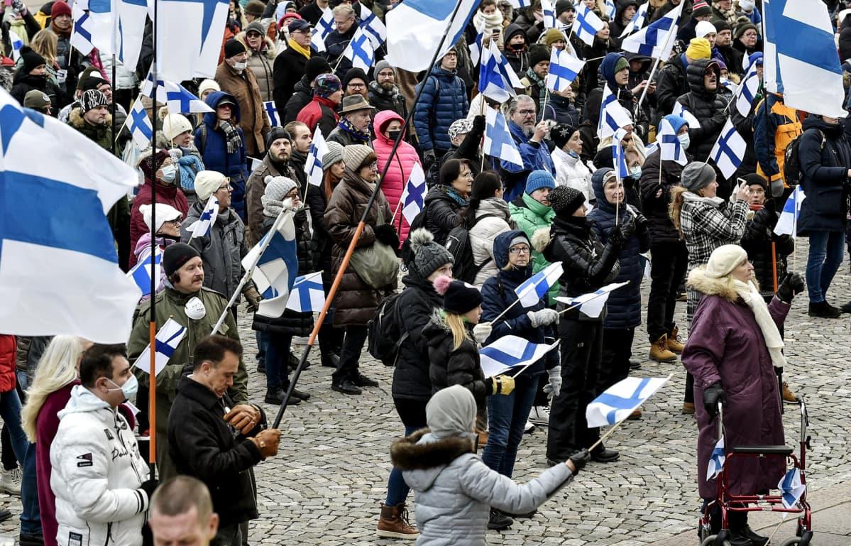 Osallistujia EU:n vastustajien Suomi eroon EUsta, Eroa hallitus! - Fixit-mielenosoituksessa eduskuntatalon edustalla Helsingissä 28. marraskuuta.