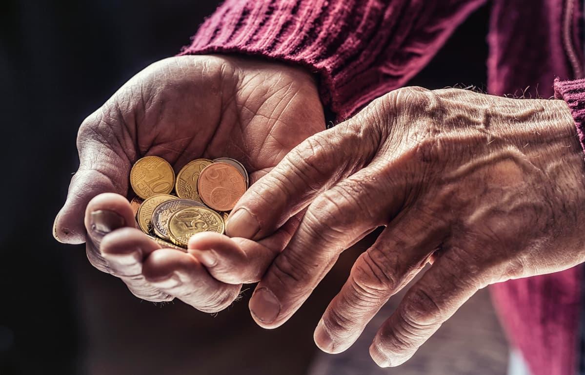 eläkeläisen kädet laskevat euroja