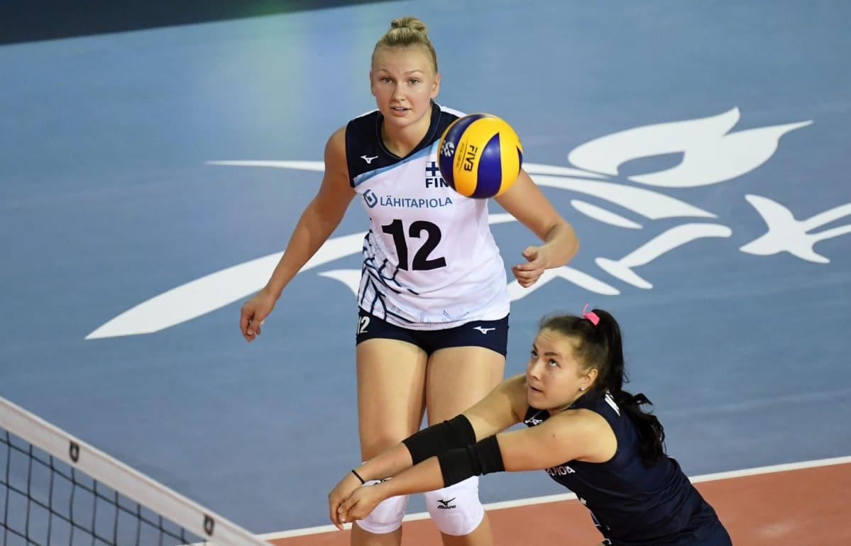 Suomen Piia Korhonen ja Roosa Koskelo naisten lentopallon Suomi - Serbia ottelussa lentopallon EM-kilpailuissa Ankarassa .