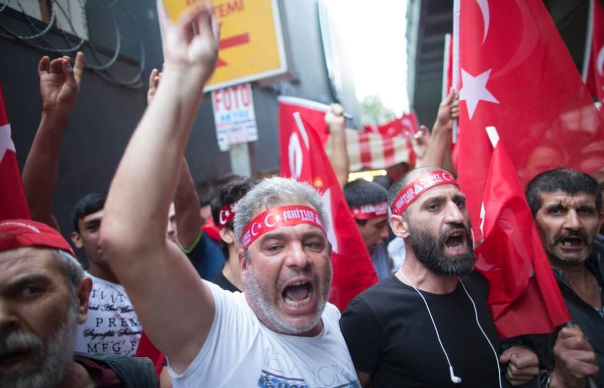 Vihaisia kansallismielisiä mielenosoittajia Istanbulissa.