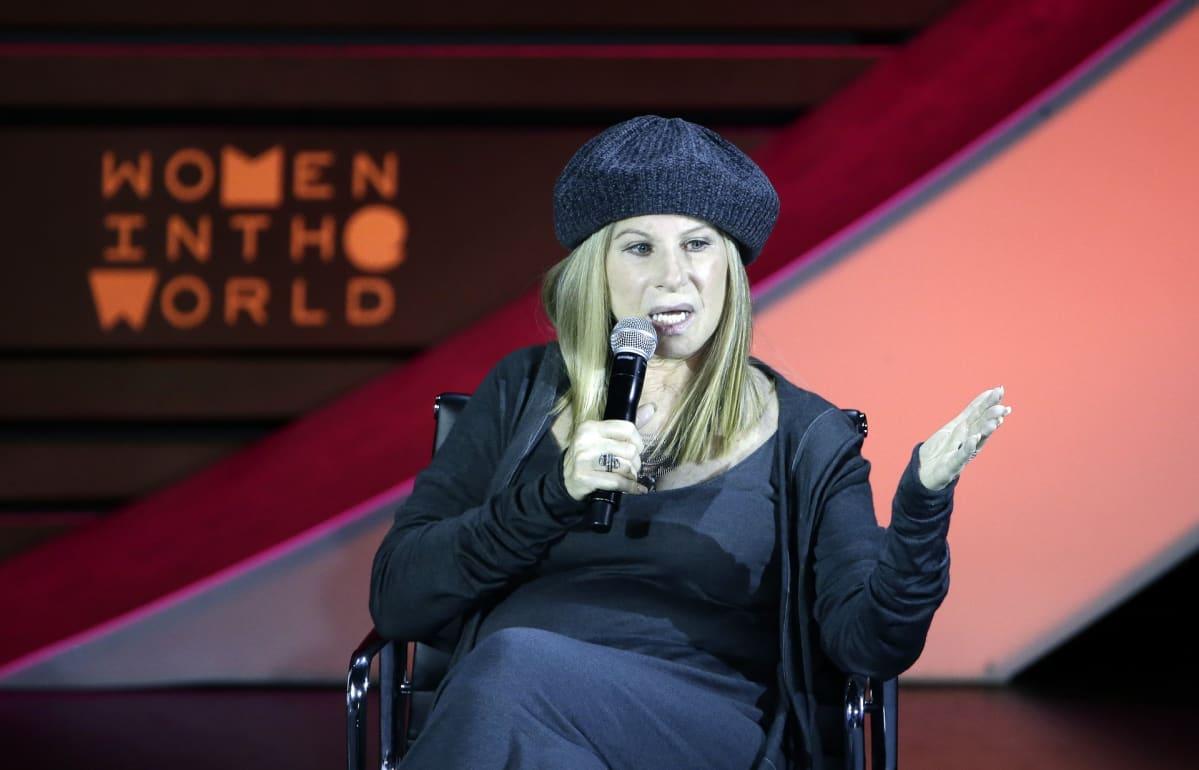 Barbra Streisand istuu. Hänellä on baskeri päässään.