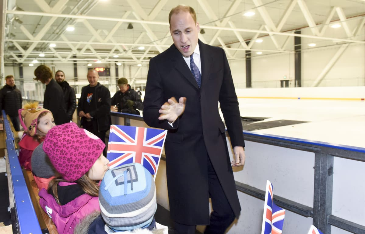 Prinssi William tervehtii lapsia