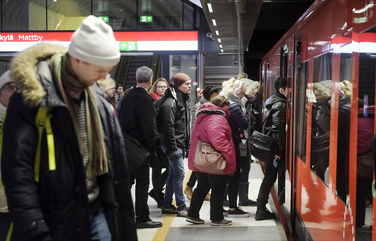 Matkustajia astumassa metrojunaan Matinkylän metroasemalla Espoossa.