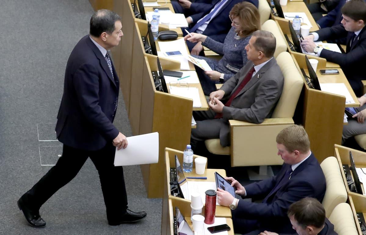 Venäjän Duuma, Anadrei Makarov kävelee.