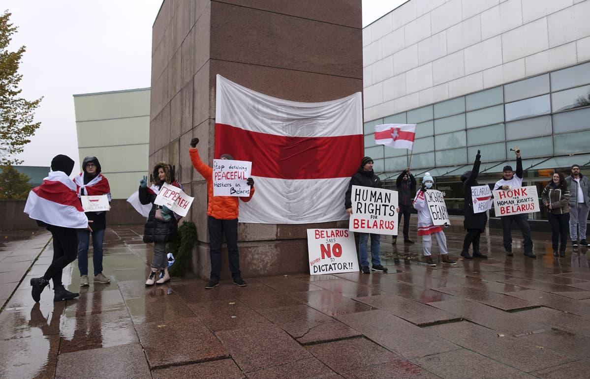 Ihmisioikeuksia vaativa sekä Valko-Venäjän presidenttiä Aljaksandr Lukashenkaa vastustava mielenosoitus Helsingissä 31. lokakuuta 2020.
