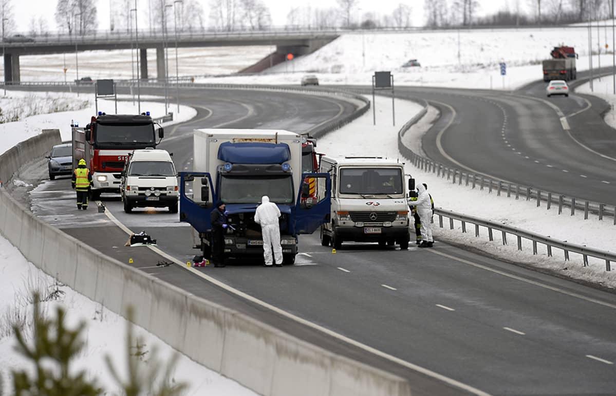 Salon Suomusjärvellä tapahtui 25. helmikuuta 2016 arvokuljetusauton (oik.) ryöstö. Ryöstäjiä oli poliisin mukaan viisi tai kuusi ja he olivat liikkeellä ainakin kolmella autolla (rekka vasemmalla).