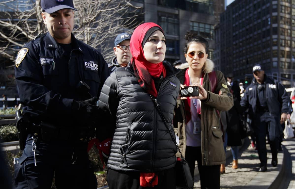 Huivipäinen nainen pidätetty.