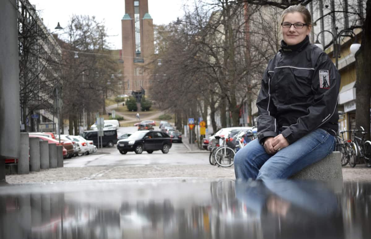 Iina Helminen-Järvelä istuu betonitolpalla.