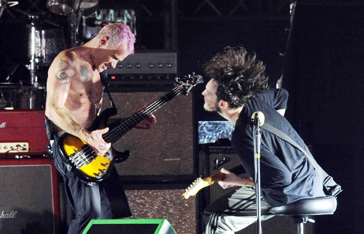 Red Hot Chili Peppersin kitaristi Josh Klinghoffer (oik.) ja basisti Michael Balzary.