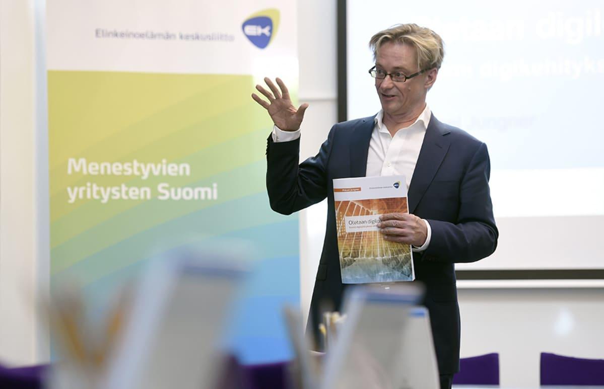 Mikael Jungner esitteli 22. huhtikuuta 2015 tiedotustilaisuudessa Elinkeinoelämän keskusliitolle  (EK) kirjoittamaansa puheenvuoron siitä, miten digitalisaatiota voitaisiin edistää Suomessa.