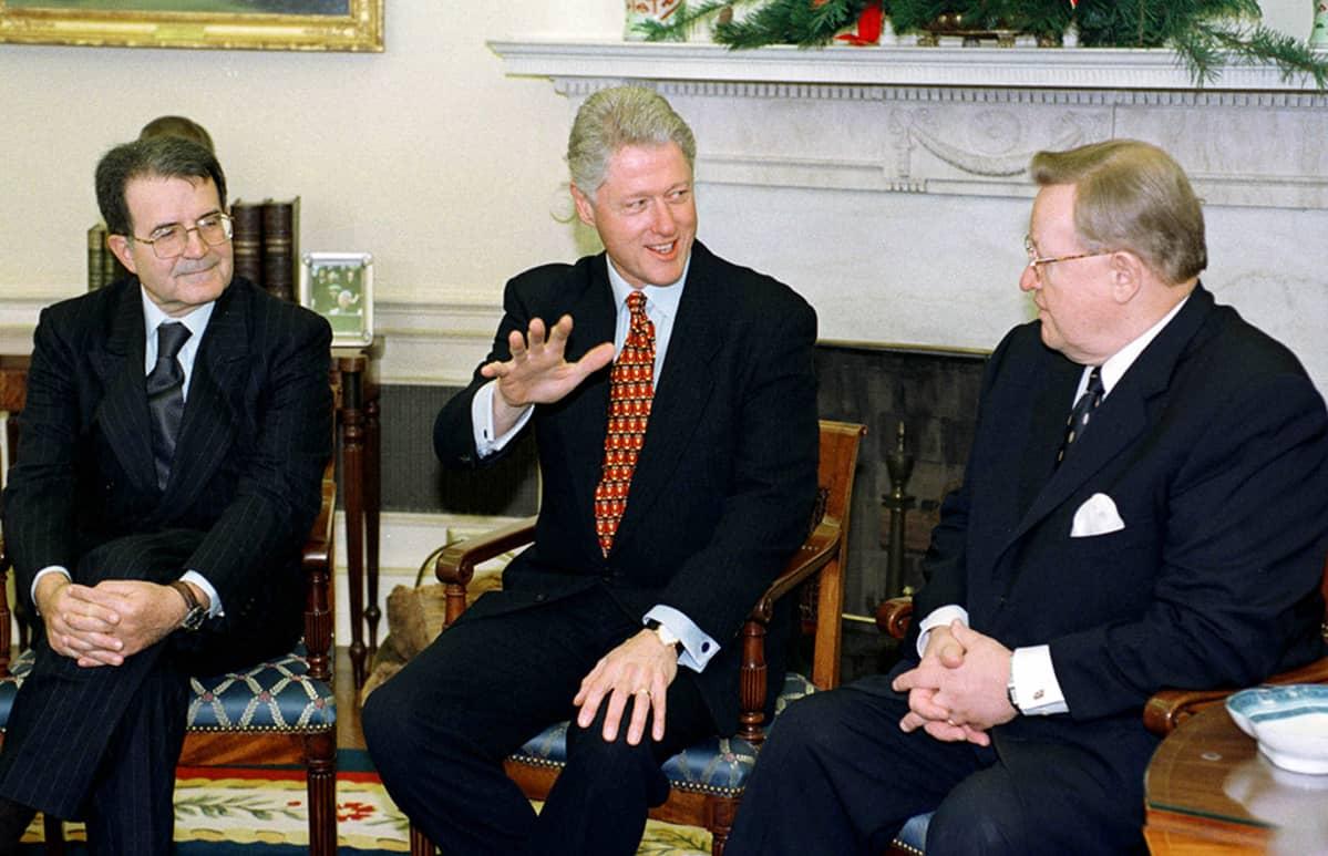 Vasemmalta Romano Prodi, Bill Clinton ja Martti Ahtisaari.