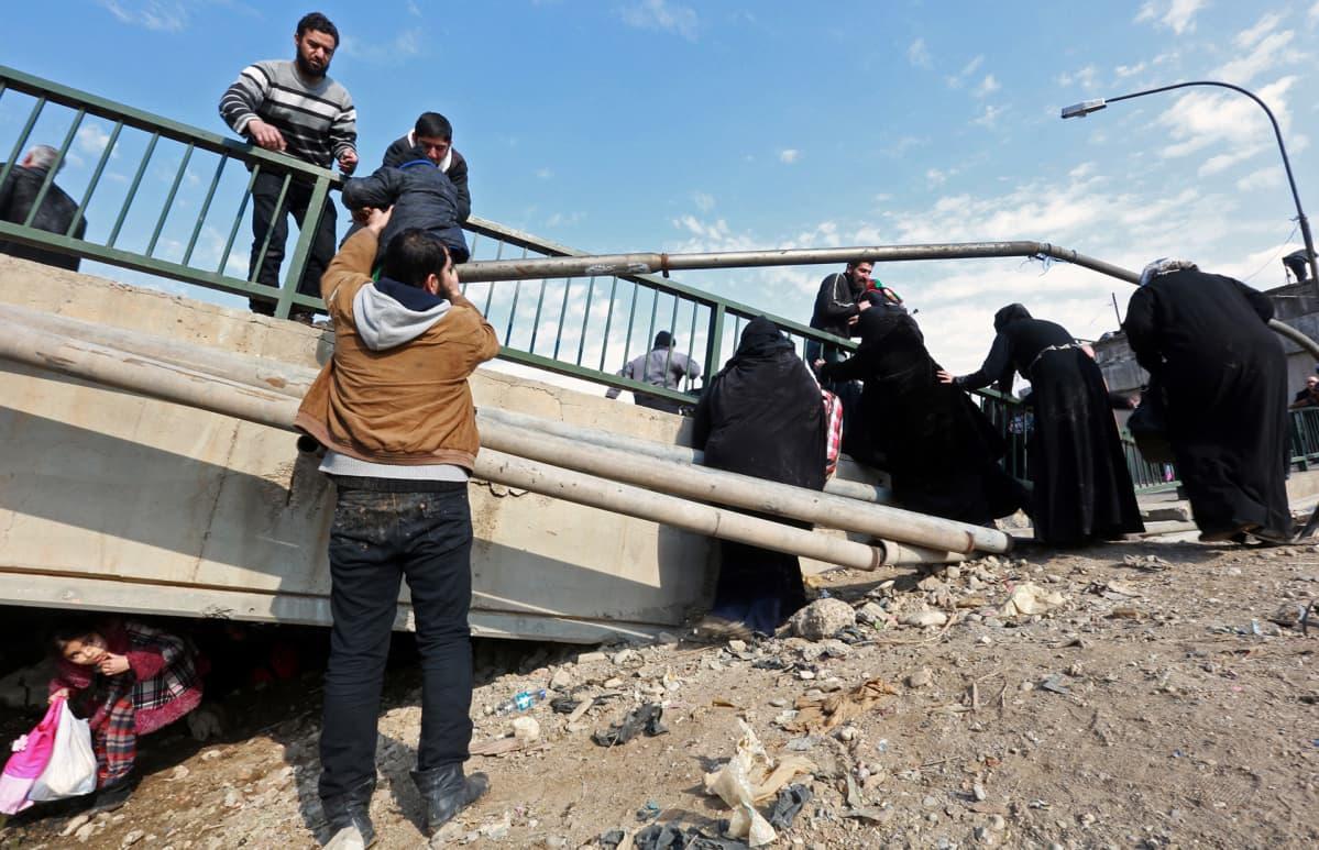 Mosulista pakenevia perheitä ylittämässä Khusar-jokea 8. tammikuuta.