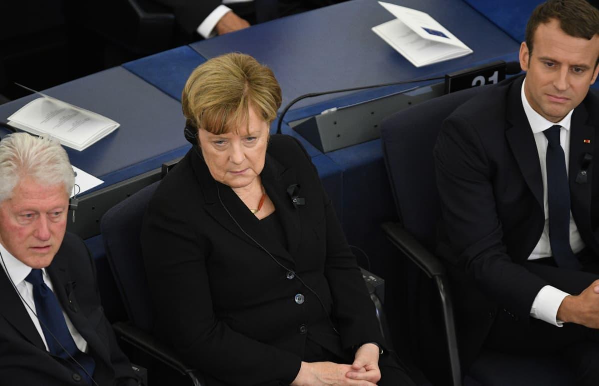Bill Clinton, Angela Merkel ja Emmanuel Macron Helmut Kohlin muistotilaisuudessa Euroopan parlamentissa.