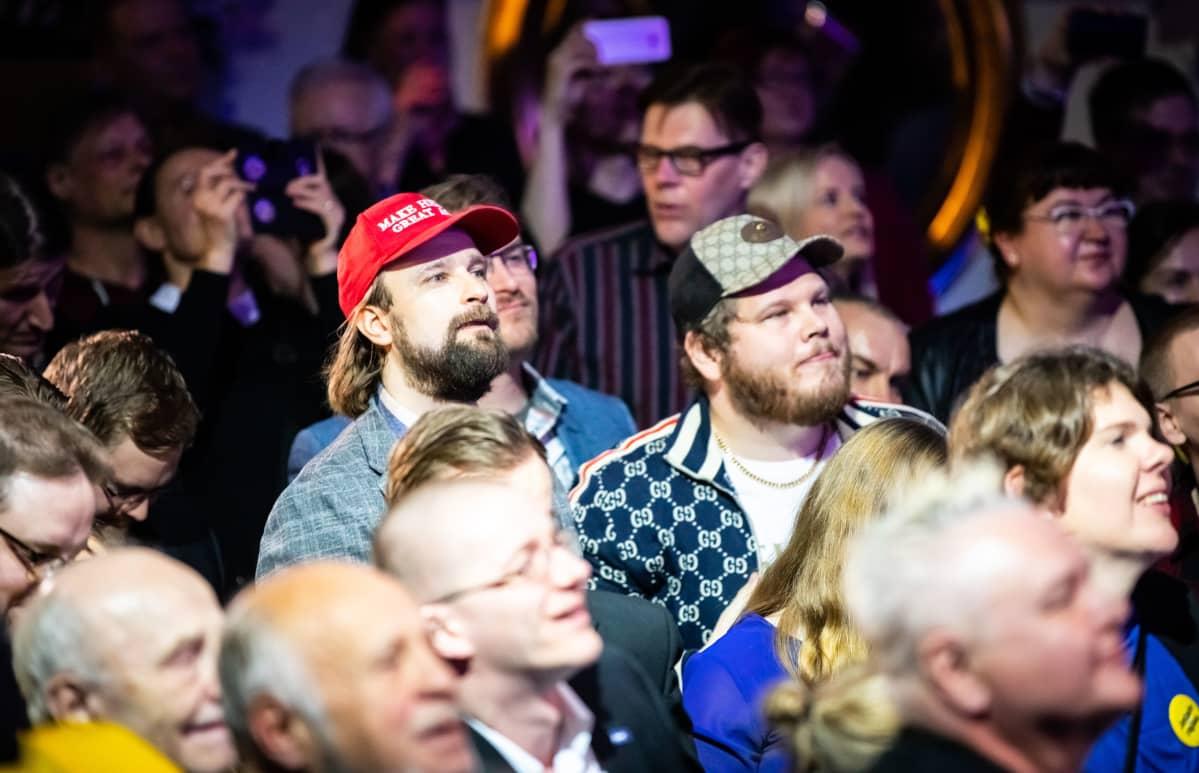 """Eduskuntavaalit 2019. Perussuomalaisten vaalivalvojaiset. Sampo Löppönen oli pukeutunut """"Make Helsinki great again"""" -lippikseen."""