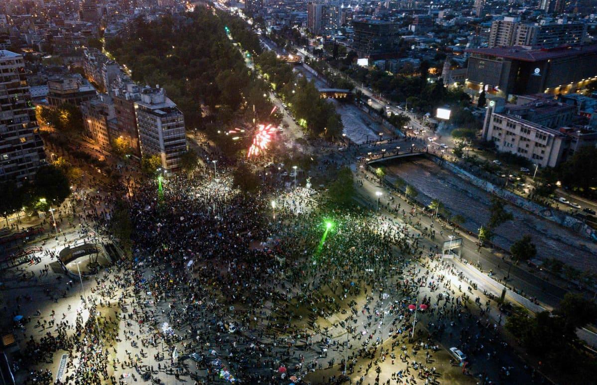 Tuhansia ihmisiä kokoontui Plaza Baquedanolle Santiago de Chilessä sunnuntai-iltana.