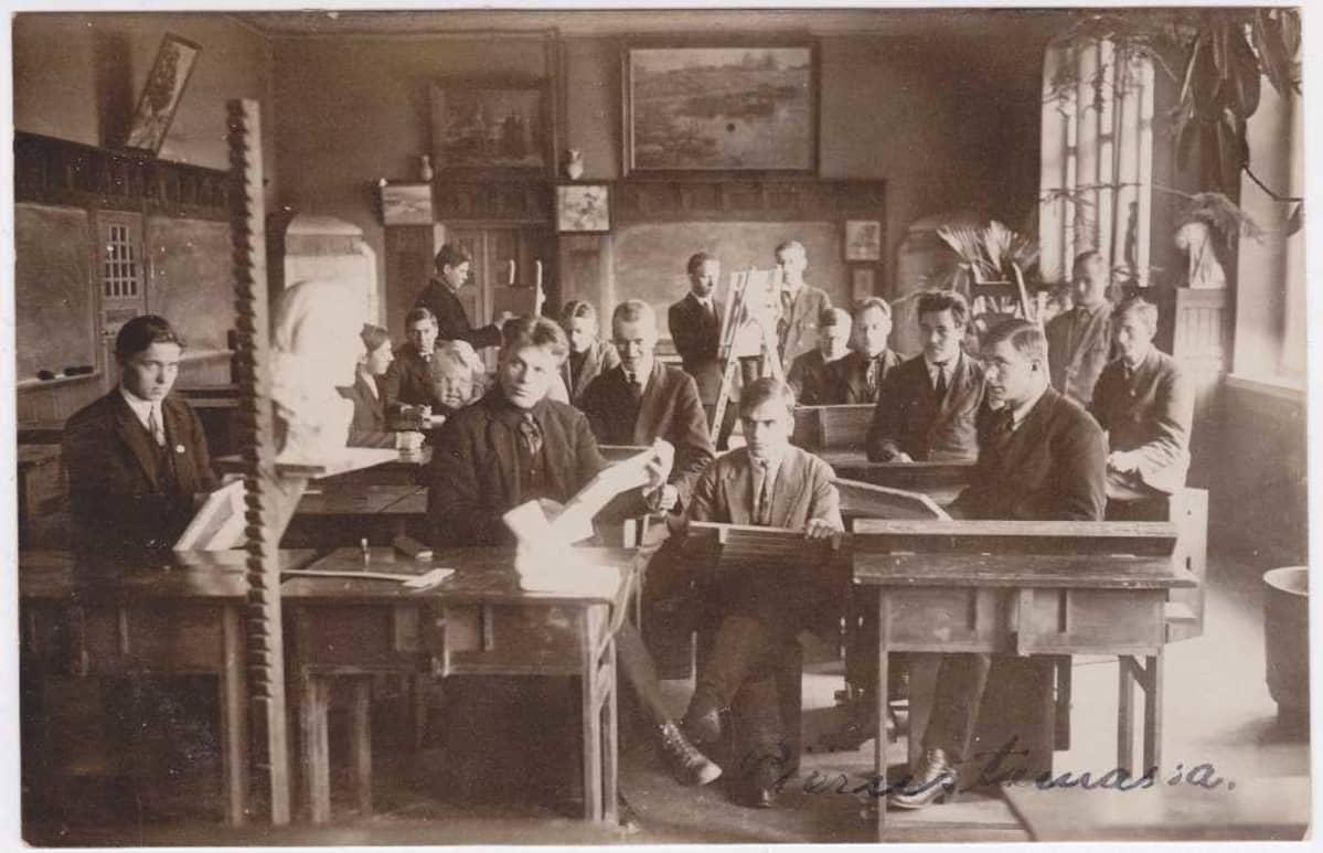 Kuvaamataidon tunti Jyväskylän seminaarissa 1900-luvun alkupuoliskolla..