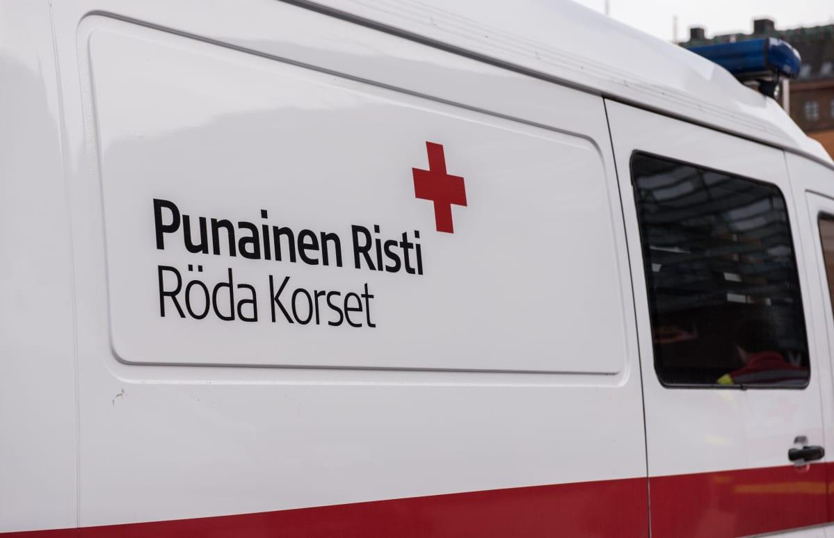 Suomen Punaisen Ristin pakettiauto.