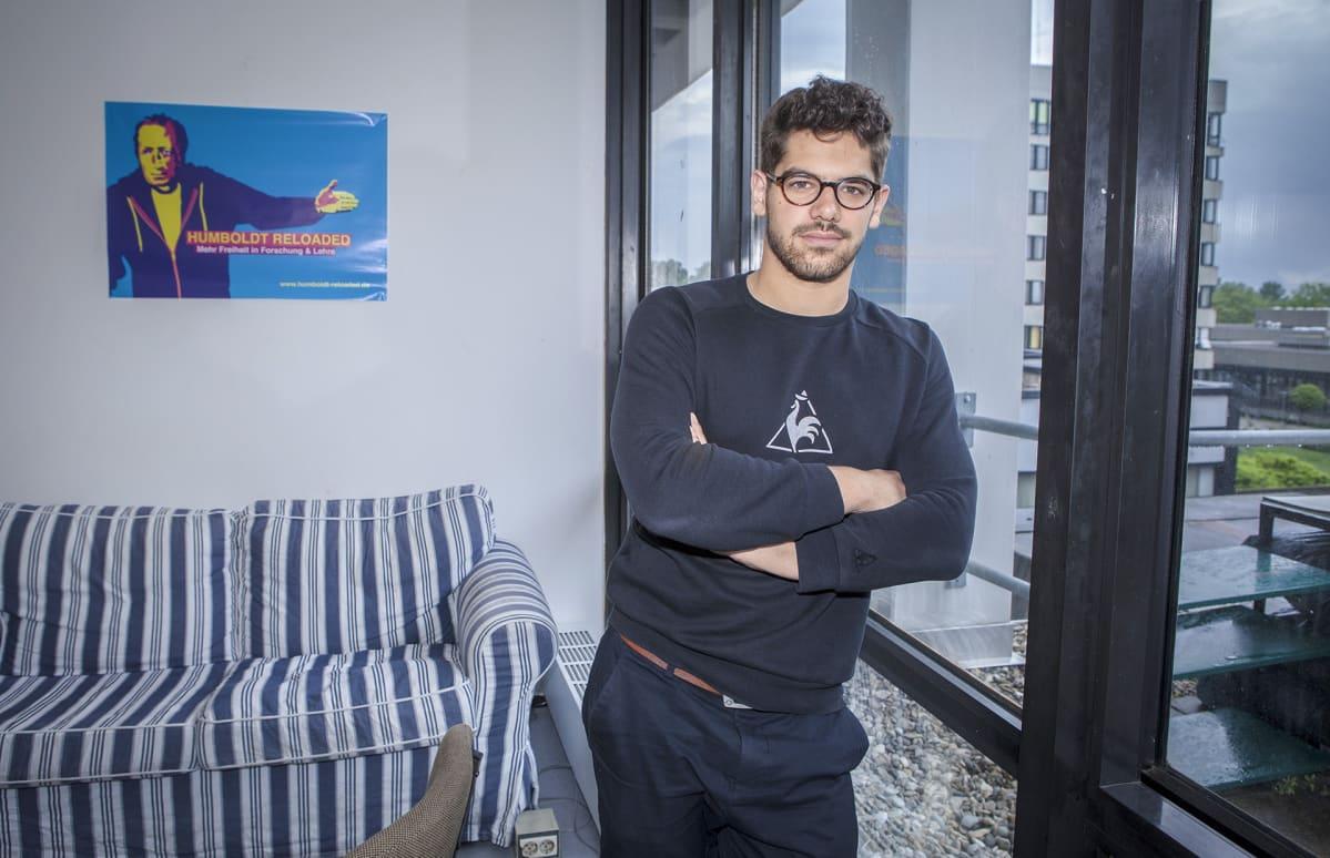 Tarek Carls on aloittanut nimien keräämisen ristejä vastaan. Hänen mukaansa pääpuolue yrittää ristien avulla kosiskella äänestäjiä oikeistopopulisteilta ennen lokakuun osavaltiovaaleja.
