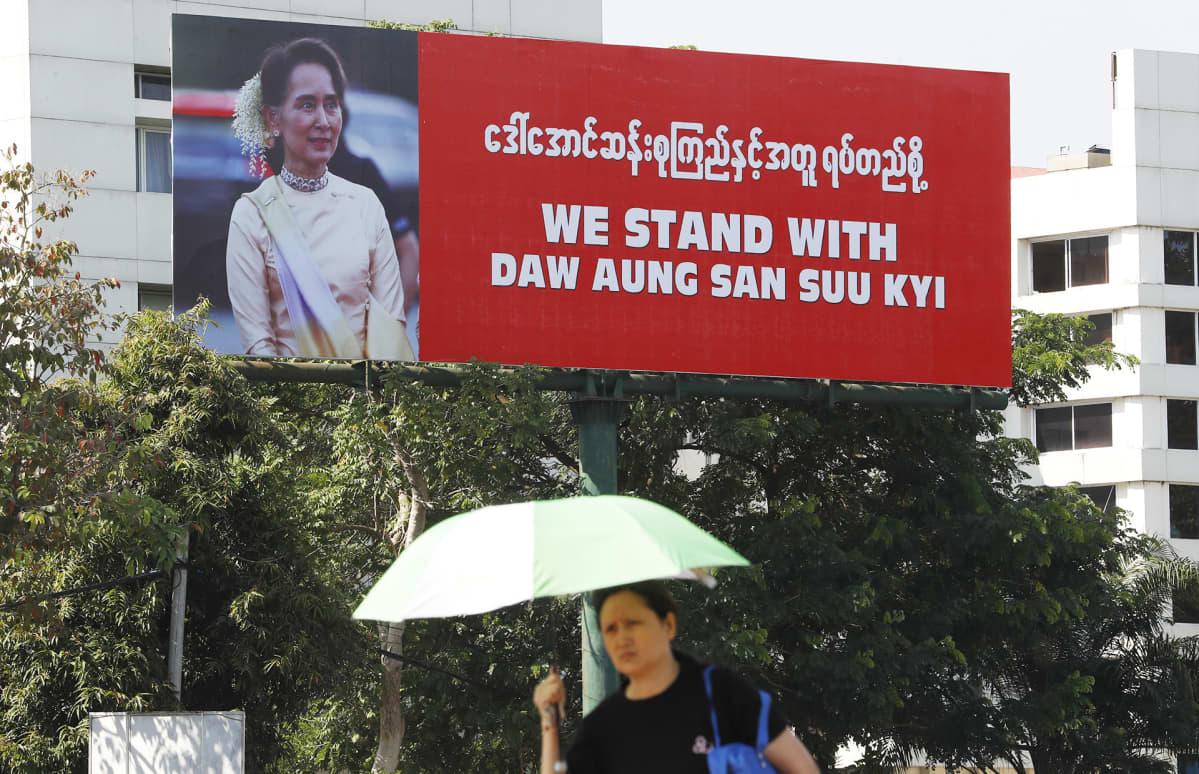 Aung San Suu Kyita tukeva juliste Yangoonissa, Myanmarissa 5. joulukuuta.