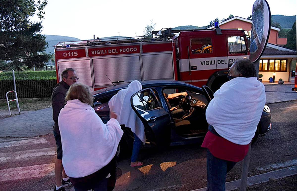 Ihmiset joutuivat viettämään yönsä kadulla maanjäristyksen jälkeen Norciassa, Italiassa keskiviikkona.