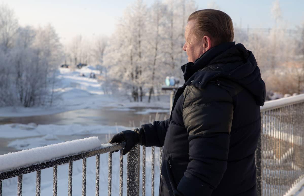 Kokemusasiantuntija Hannu Ylönen katselee Keravanjokea Vantaalla.