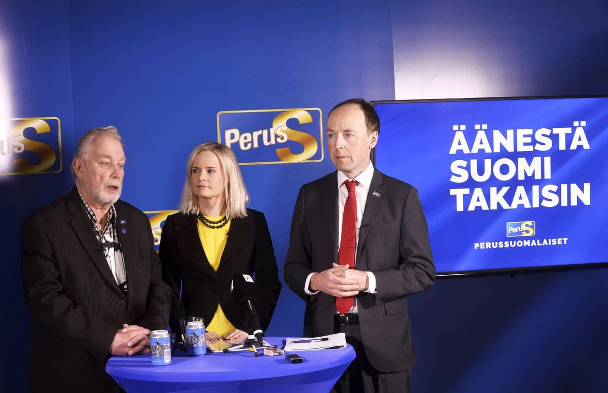 Perussuomalaisten viestintävastaava Matti Putkonen, poliittinen suunnittelija Riikka Purra ja puheenjohtaja Jussi Halla-aho.